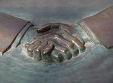 Ръкостискане - сделка, патронаж, дарения